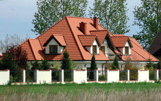Четырехскатная крыша из металлочерепицы: технология сооружения и нюансы устройства