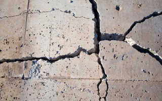 Выявляем дефекты и делаем ремонт стяжки пола: тонкости выполнения