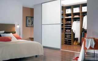Открытая гардеробная в спальне: варианты на фото