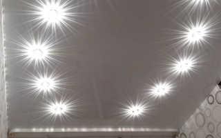Расположение точечного светильника на натяжном потолке: фото