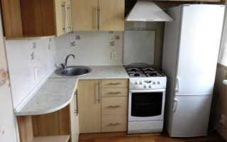 Угловая маленькая кухня в хрущевке с холодильником